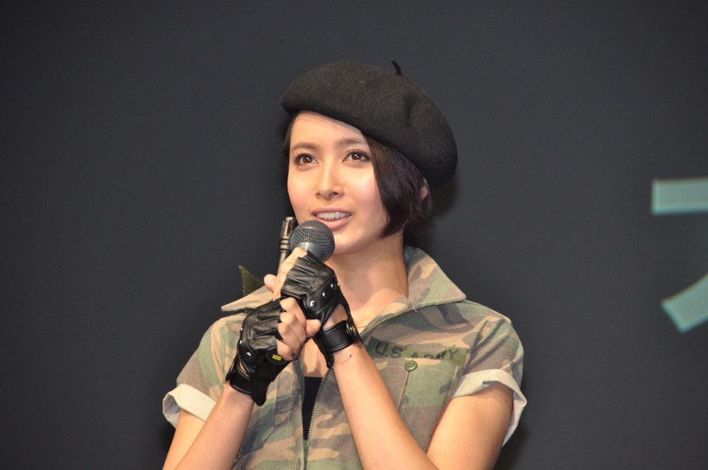 セクシーな軍服姿の加藤夏希さん