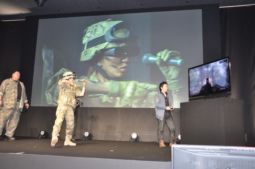 片膝立ちの射撃ポーズまで披露した神田うのさん。3D体験でも興奮して射撃ポーズを