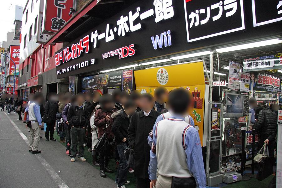 行列の一部を店頭に1度待機させ、その後各階のレジに分散させ効率よくどんどん販売していった。それでも販売開始1時間後の8時になっても、まだ行列が長く伸びている状態だった