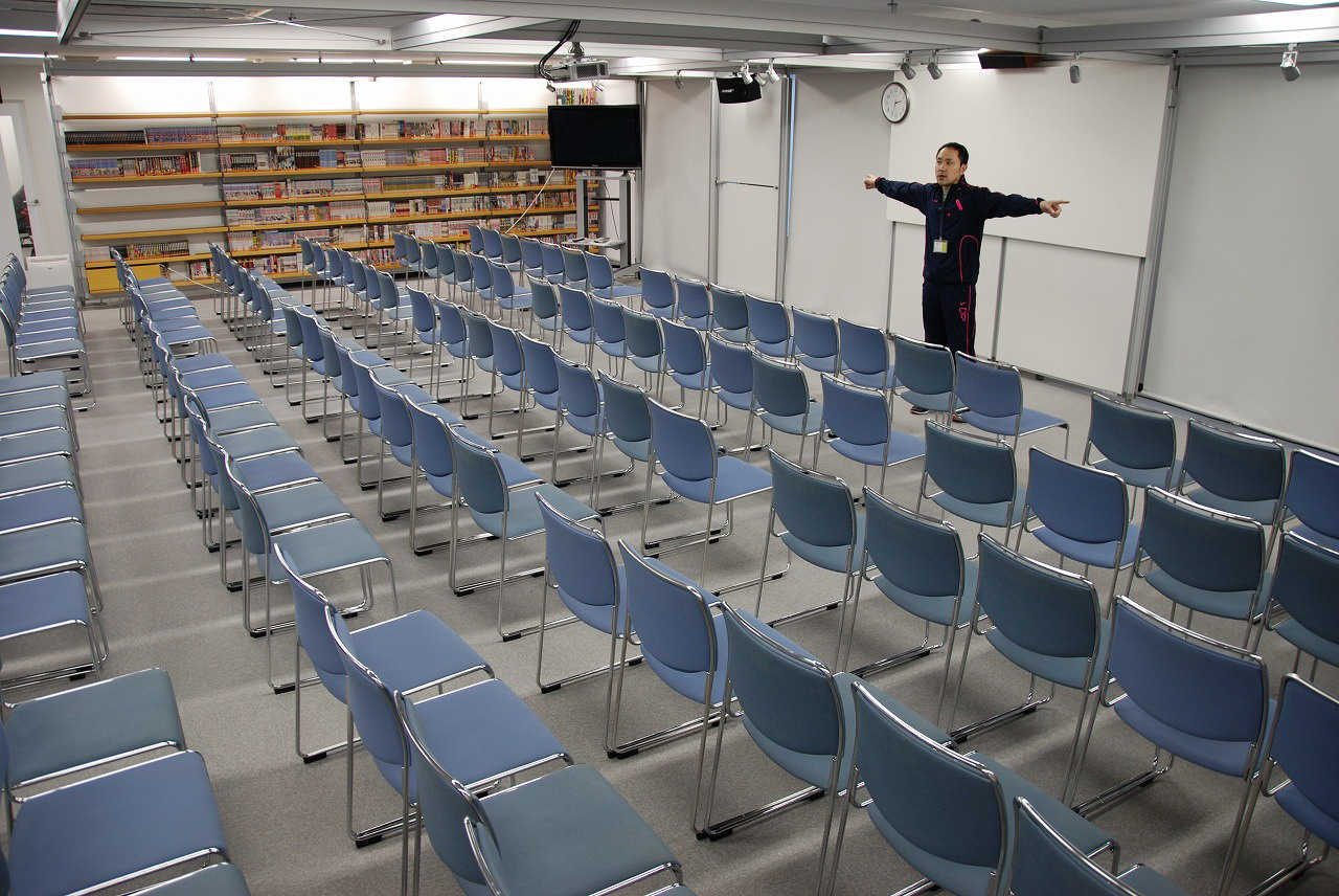 社員全員が集まれる大会議室。東京スタジオの大会議室とも映像で結ばれている