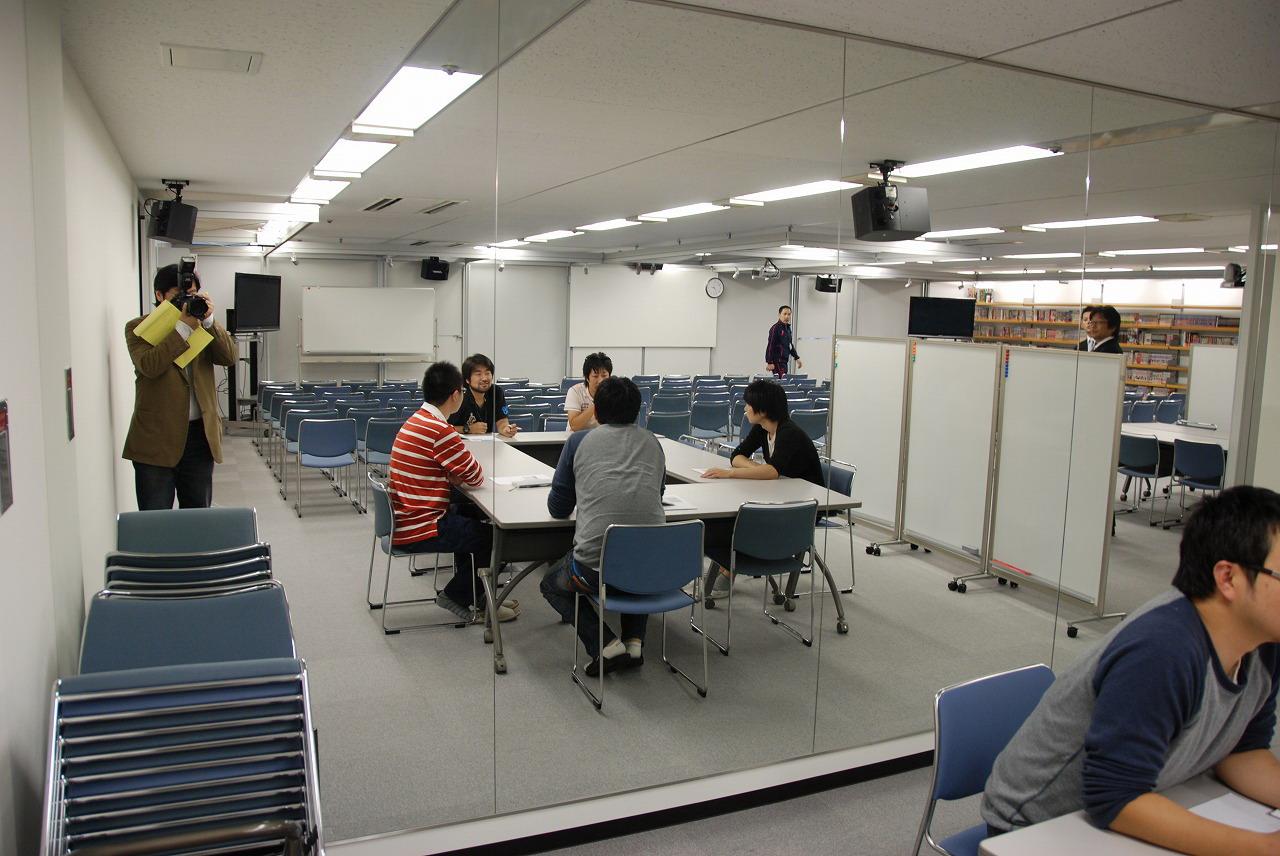 大会議室の壁は一部が鏡張りになっていて、自分でキャラの動きを演じて確認できる