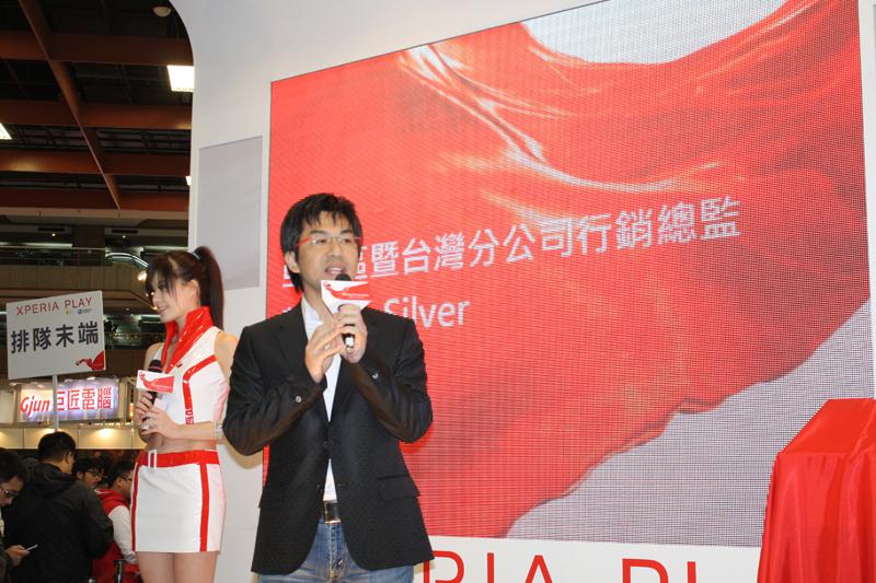 Sony Ericsson台湾支社の黄氏がステージで「Xperia PLAY」のプレゼンテーションを行なった