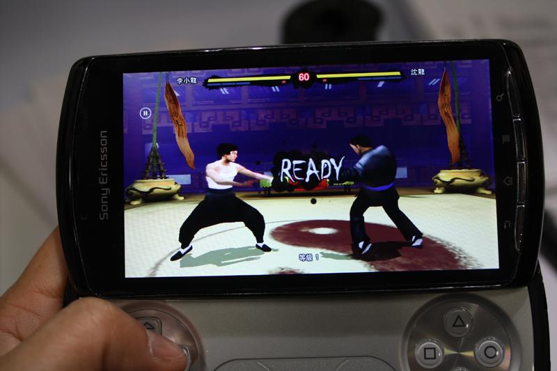 Digital Legendsの格闘ゲーム「Bruce Lee」とEAの「FIFA 10 for mobile」。「Bruce Lee」はボタンでの操作、「FIFA 10 for mobile」はボタンとタッチパネルでの操作が可能だった