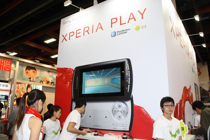 ブースの様子。ブース内のモニターには「The Sims3」など「Xperia PLAY」でのローンチが発表されているゲームのプロモーションムービーが流れていた