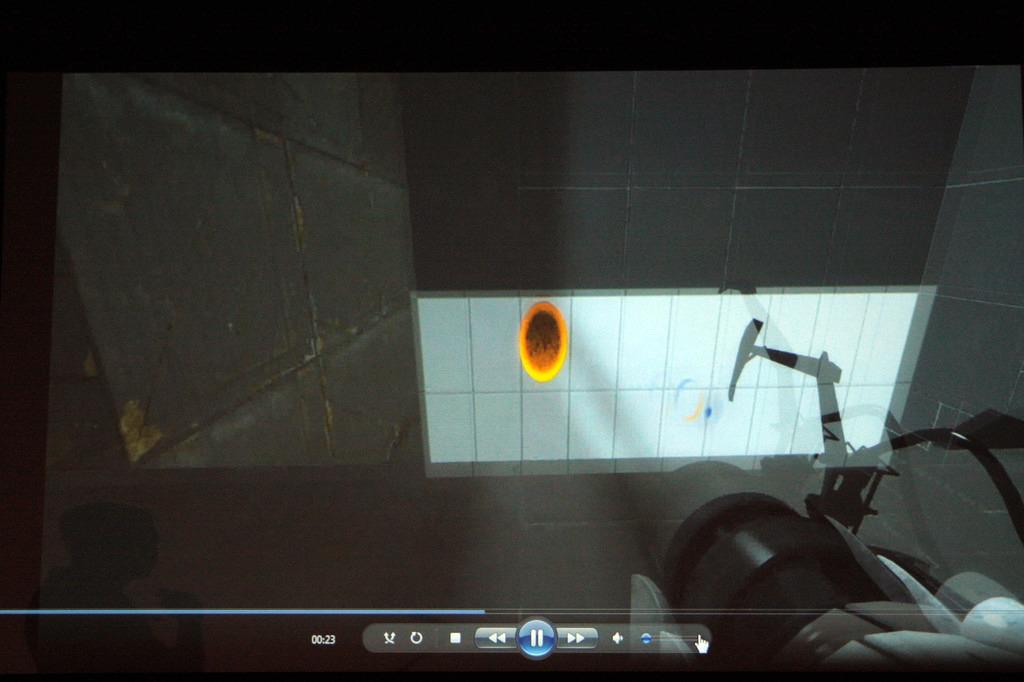 こちらも実験ケース。視線トラッキング装置を用い、移動・カメラ操作とポータルガンの狙いをつける操作を分離。より快適に楽しくゲームをプレイできるという結果を得たようだ。3D酔い対策にもなりそう? しかし一般向けの視線トラッキング装置はまだまだ未来の話ではある