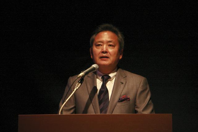 バンダイ 代表取締役社長 兼 CGO(チーフガンダムオフィサー)の上野和典氏。「『ガンダム』は2世代キャラクターとして発展してきたことを実感している。これまでの作品に敬意を表しながらも、新たな時代を担う新しい『ガンダム』を生み出していきたいという強い思いを持っている。『ガンダムAGE』は『ガンダム』の未来の一環をお見せできる作品」