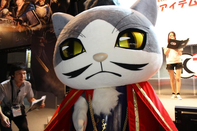 和風の装束を着た猫武将は、外国人プレスにも人気だった