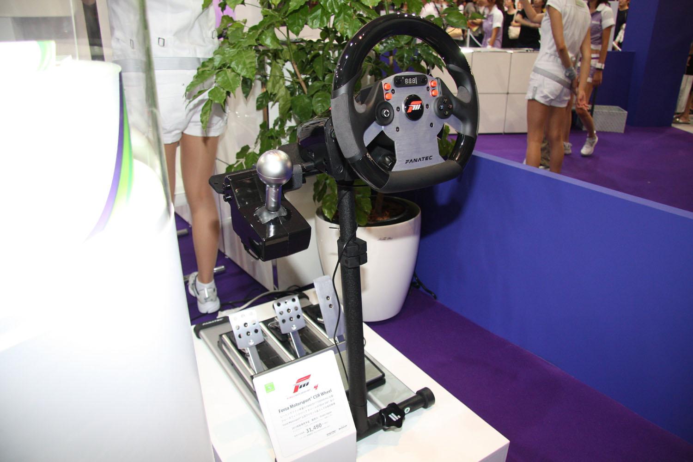 会場の参考出展で注意したいのは値段のところ。31,490円という価格はハンドルのみで、フットペダルやシフターは別売となる。また、会場にはXbox 360ワイヤレススピードホイールや、Bluetooth対応の新型ヘッドセットも展示されていた。「Forza」ファンはお金がいくらあっても足りない感じである