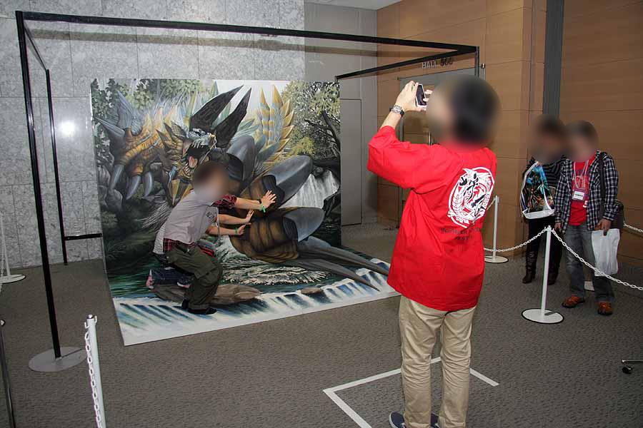 目の錯覚で、ジンオウガに襲われているかのように見える「ジンオウガ巨大3Dトリックアート」