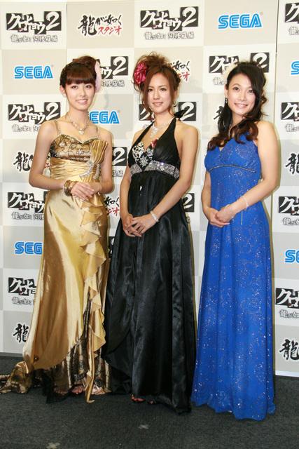 遠藤舞さん、外岡えりかさん、橘ゆりかさんがゴージャスな衣装をまとって登場