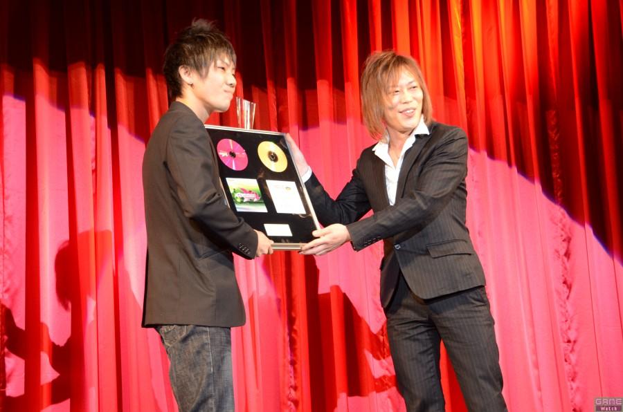 チャンピオン:BROSONI.さん、スペシャルプレゼンター:NAOKI氏(ビーマニアーティスト)