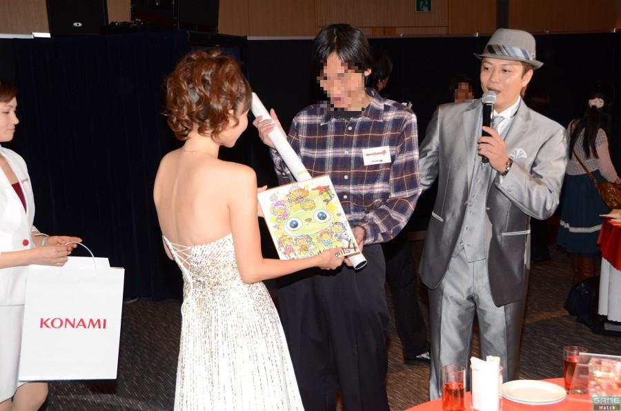 佐藤利奈さんが問題を朗読してくれるという、あまりにもゴージャスなクイズ大会。各テーブルごとに競技タイトルにちなんだ問題が出され、正解者にはサイン入りグッズという、これまたゴージャスなプレゼントが進呈されていた