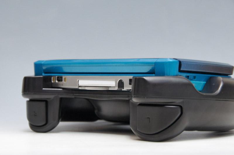 3DSを装着したところ。幅の広いL/Rボタンがハンドル側にあるのがポイント