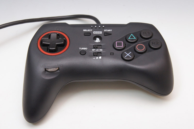 独特の形状をしたコントローラーに、前面6ボタン(□、△、R1ボタン、×、○、R2ボタン)を備える