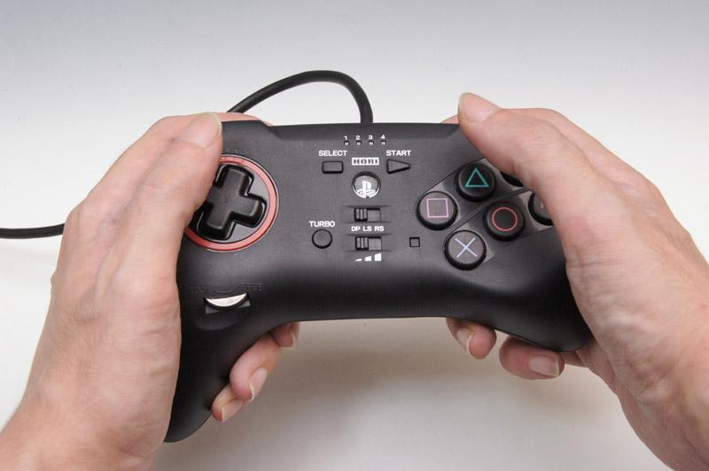 左右非対称なグリップで、左手の方向キー側はしっかりとグリップ、右手のボタン側は親指を自由に動かせるようになっている。これがまた、しっかりとホールドできて指の動かし方も楽にできる上手い作りだ