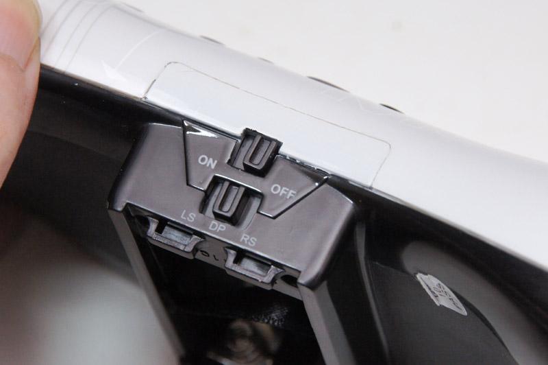 基本的な機能はXbox 360版と変わらないが、背面に電池ボックスを備え、底面にはコントローラーの電源スイッチも搭載されている