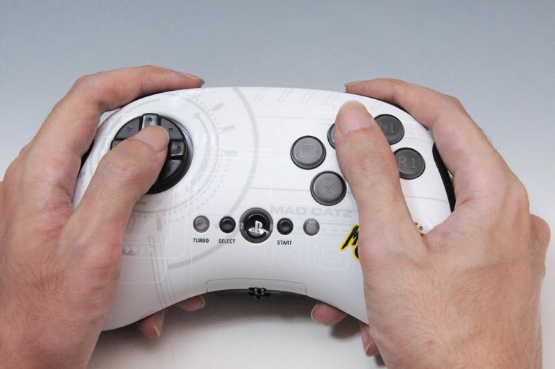 海外のグッズメーカーであるマッドキャッツだけに全体的にサイズが大きめで、手の大きい人向けなところがある。フロートタイプの方向キーやボタンの感触にはもう少しクリック感が欲しいところで、クセがある