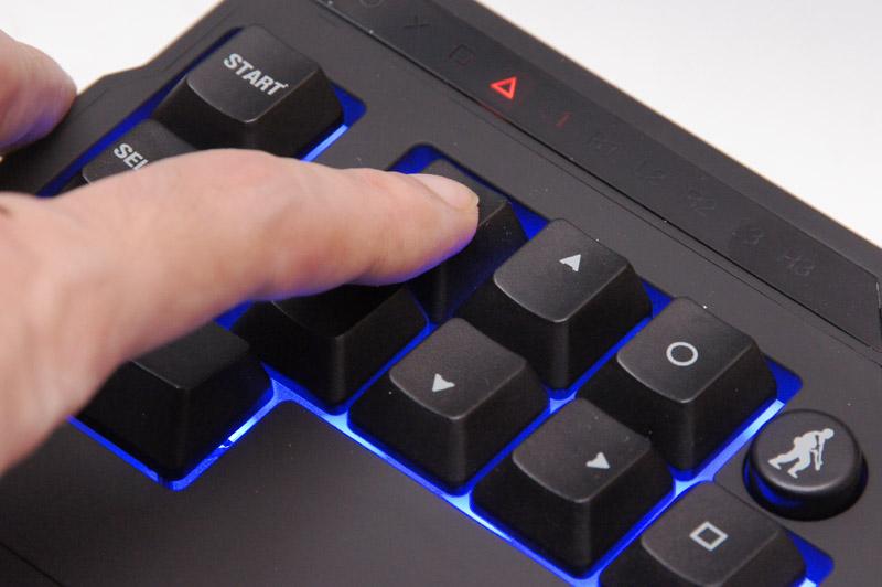 左手用コントローラーの上部側面には3個のスイッチを搭載。マウス感度や左スティック感度の切り替えスイッチ、さらにボタン編集モードスイッチだ。ボタン編集モードは右下の写真のように表示パネルを見ながらキー割り当てを変更する
