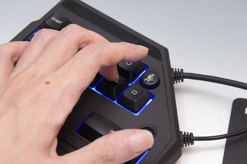 ウォークボタンを押しながら上下左右キーを操作するのは、結構指が窮屈になってしまう。ウォークボタンの位置は親指で押せる場所が良かったのではないだろうか