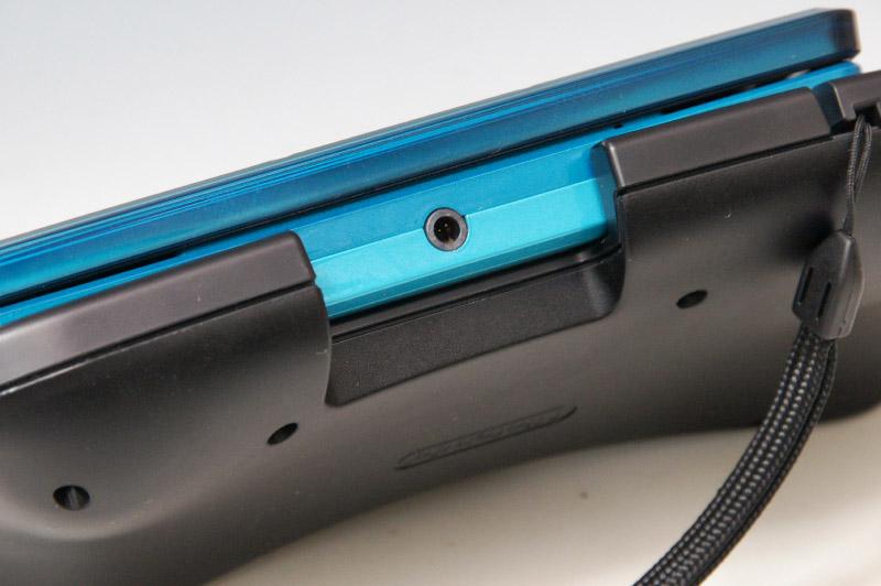 底面にはゆるやかな起伏がついていて、グリップのようになっている。ただ、側面はあまり空いておらず、3DSカードスロットやタッチペンホルダーまでも塞がってしまうのが難点