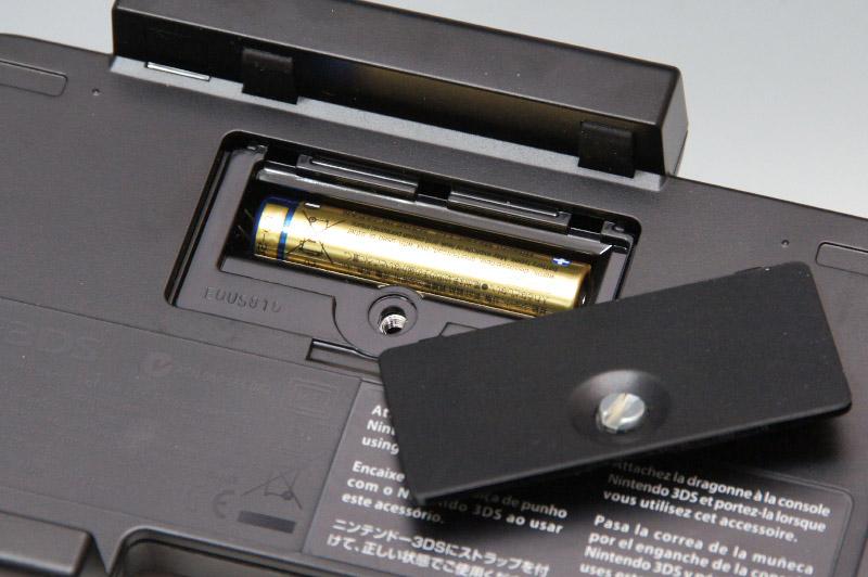 動作には単四乾電池1本を使用。コインで回せるネジでフタがされている