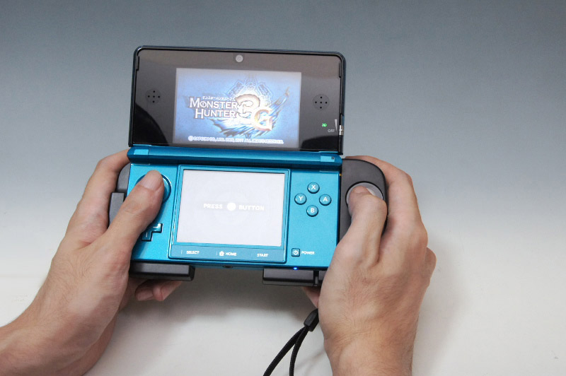 右だけが長くなるぶん見た目にはアンバランスになるが、3DS単体の時よりもずっと持ちやすくなる