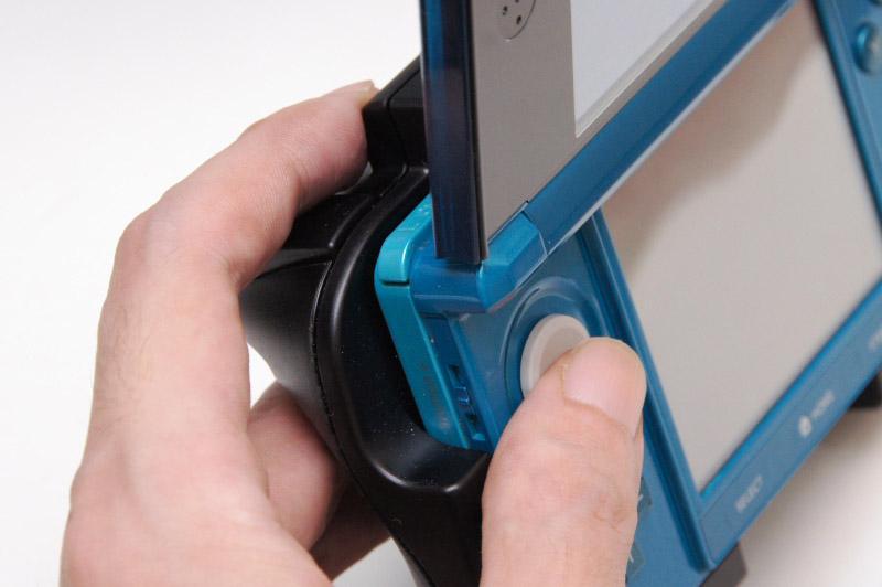 左スライドパッドとLボタンの距離が近くて激しい操作をすると指が窮屈になるのが3DSは辛いところなのだが、拡張アタッチメントのZLボタンなら、写真のように余裕のある持ち方になる