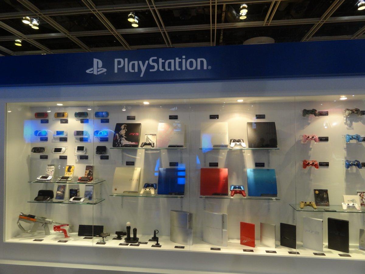 過去に発売されたプレイステーションファミリーの一覧。アジアならではの赤いPS2なども展示