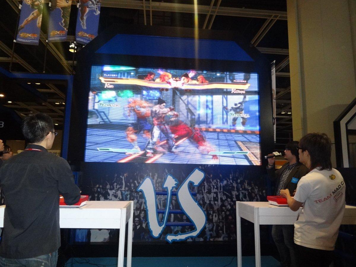 格闘ゲームゾーンの中心は「ストクロ」のビッグスクリーン。写真はMAGO(右)・GAMERBEE両氏のエキシビションマッチ