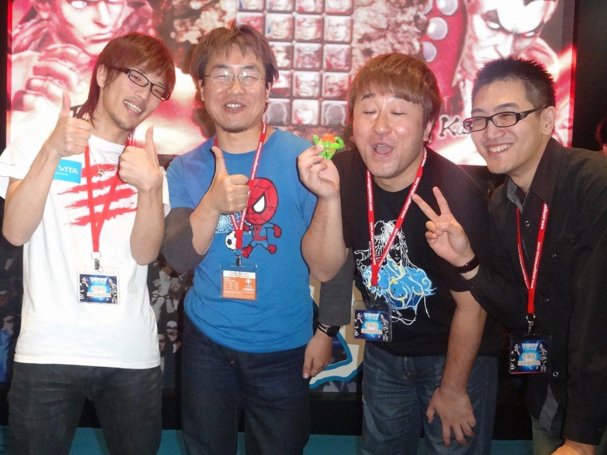 ここではカプコン小野氏のサイン会も行なわれた。ステージイベント後の新妻氏、MAGO・GAMERBEE両氏とともに記念撮影