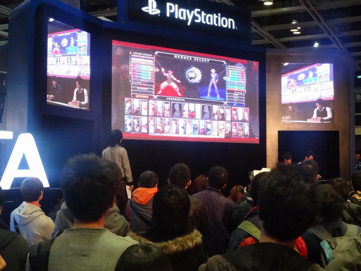 ステージイベントで開催された「KOF XIII」大会の一幕。多段コンボによるフィニッシュに会場が大きく沸いた