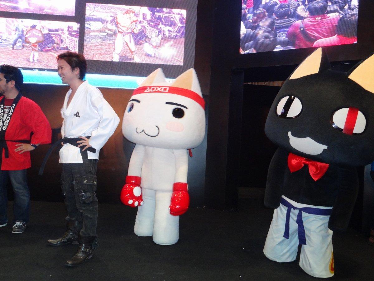 「格闘ゲーム初心者にも遊んで欲しい」ということで選出されたトロ&クロ。ちなみに伴氏の着ている道着はプレゼント用