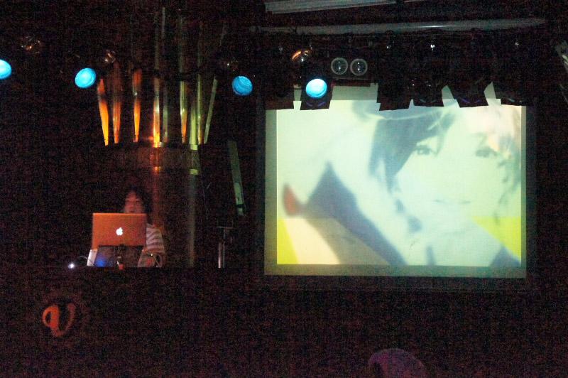 VJもセンス抜群! シリーズ作の映像をふんだんに使い、印象的な映像が楽しめた。「DYNAMO」は右の写真のようにエレクトロな衣装に身を包み、指先からレーザーを出して空間を盛り上げていた