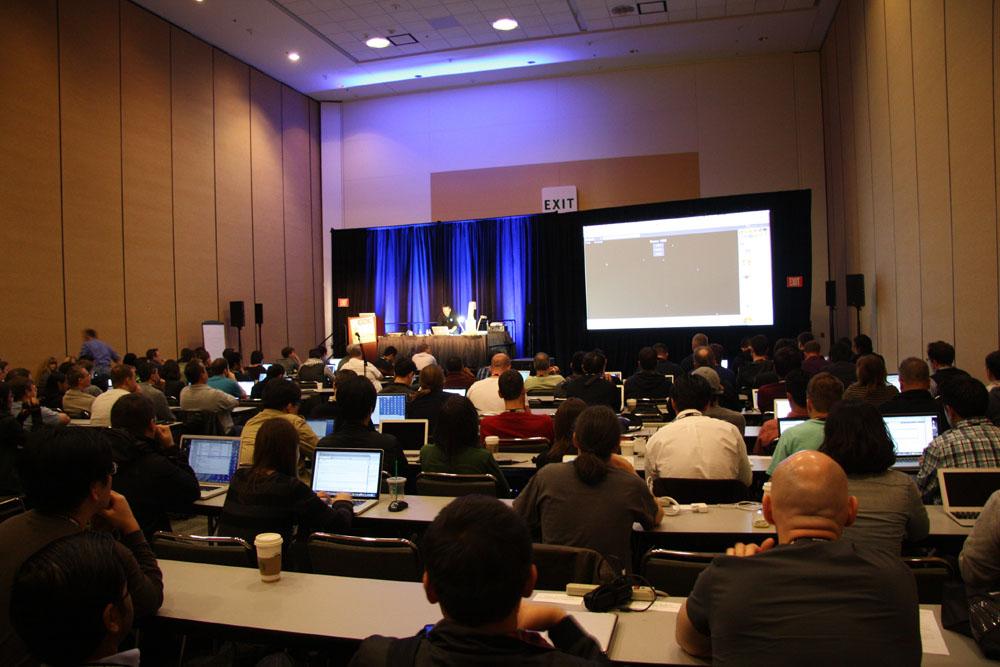 セッションルームの広さは例年通りだが、年々ノートPCを持ち込む開発者が増えているためか、テーブルと電源が用意されている部屋が増えている印象がある