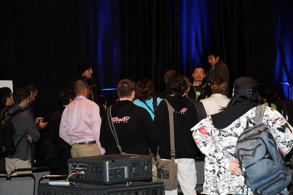 講演が終わるとサインや記念撮影を求める列ができた