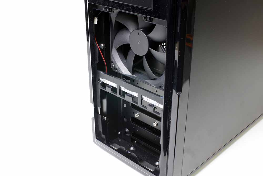 フロントパネルは外して利用することもできる。扉部分はわりと飛び出した構造になっているため(左写真)、本体の奥行きはそれだけ長くなる。設置スペースが気になるのなら外してしまうのも1つの手だ。フロントパネルのメッシュ部分は防塵フィルタになっており、上部を軽く押し込むことで簡単に外すことができる。なかには、LEDランプのコネクタがあるため、稼働時の光がまぶし過ぎると言う人は、ケーブルを引き抜けば、LEDを消灯することもできる