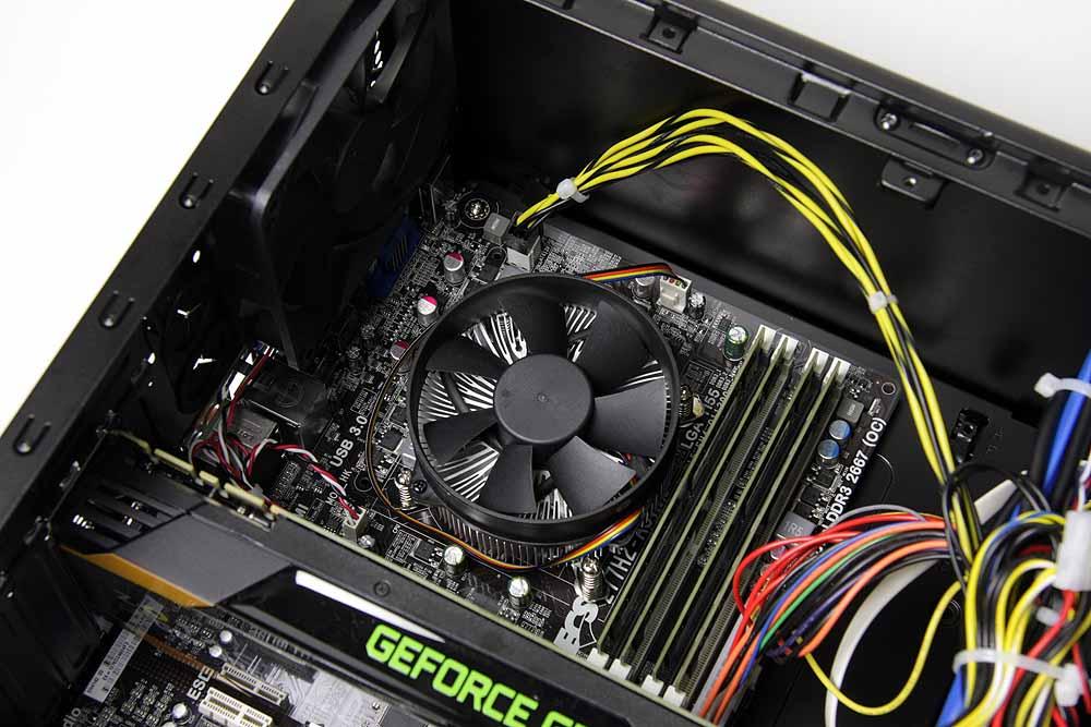 IntelのハイエンドCPU、Core i7-3770Kが搭載されている。Core i7-3770Kは第3世代Core iプロセッサで、開発コードネームはIvy Bridge。Tri-Gateトランジスタ技術を採用し、22nmプロセスルールで製造される最新の製品。1世代前のSandy Bridgeのマイナーチェンジ版的な扱いだが、機能や性能は上がっておりPCI Express 3.0への対応やグラフィックス機能、Quick Sync Video(QSV)の強化などトピックも多い。メモリは限界量の32GBが搭載されており、ゲームだけでなく画像や動画の編集など、大量にメモリを必要とするシチュエーションでも不安を感じさせることのない構成だ。ちなみに、メモリはSUNMAX製。左側に見えるのはケース後部の排熱用12cm角ファン