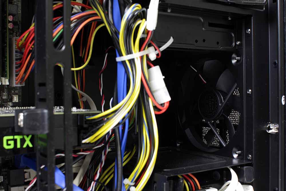 フロントパネル中央部分には12cmファンが搭載されている。電源を除けば、CPU部分と合わせてファンは合計で2つ搭載されており、フロントパネル中央部から後方上部に流れるエアフローを作り出しており、ビデオカードやCPUを効率的に冷やす作りになっていると言う