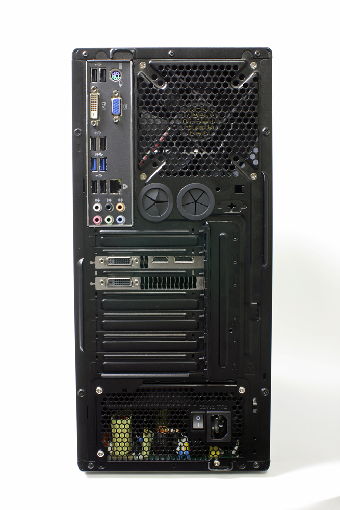 フロントパネルのデザインとは一転して凹凸の少ないすっきりとした本体後部。インターフェイスは豊富に用意されており、USB 2.0ポートは合計6つ。USB 3.0ポートが2つ用意される。GeForce GTX 680の映像出力はDVI-DとDVI-I、HDMI、DisplayPortが1つずつ。ファンの下にはゴムパッキンの付いた穴もあり、水冷化も可能なケースを採用していることがわかる。手回しネジは採用されていないため、メンテナンス時にはドライバーが必要になる