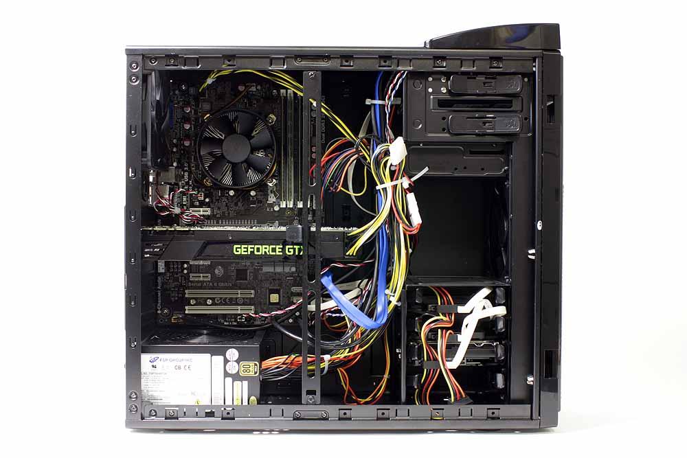 PC内部。作業スペースが広く、メンテナンスもやりやすい。ドライブ用のトレイも用意されており、ストレージの追加などを自分でしたくなったときでも簡単だ。マザーボードにはECSのZ77H2-A3(V1.2)が採用されている。USB 3.0などをチップセットがサポートするIntel Z77を採用した製品だ