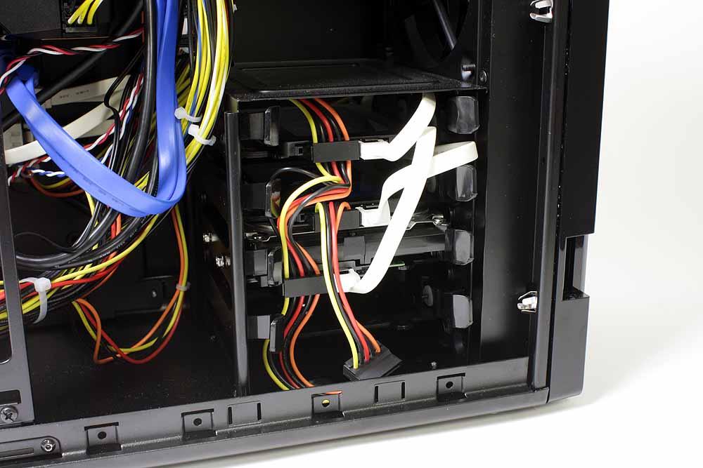 PC内部のフロント側下部に位置するストレージ用ケージ。3.5インチのストレージが全部で4基搭載可能で、そのうち3つはSSD2基とHDD1基ですでに使用済みだ。RAID 0構成のSSDのほか、Serial ATA 6Gに対応したSeagateの7,200rpmの2TB HDDが搭載されている。動画などの大きなデータを扱う場合でも、容量不足に悩まされることはそうそうないだろう