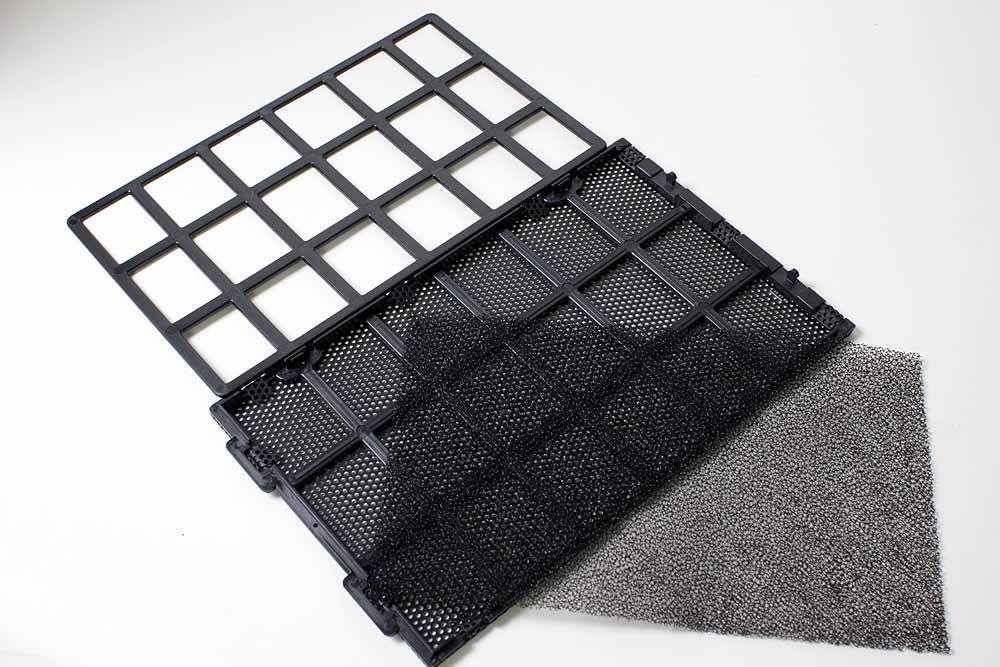 フロントパネルに装着されている防塵フィルタを分解したところ。内部へのホコリの侵入を低減し、ホコリがたまってきたら分解して掃除することも可能だ。サイドパネルに穴はあるが、基本的には吸入口がフロントパネル部のみのため、ここにホコリが集中することになる。そのホコリを簡単に除去できるこのフィルタは、細かい工夫と言えるが配慮はありがたい