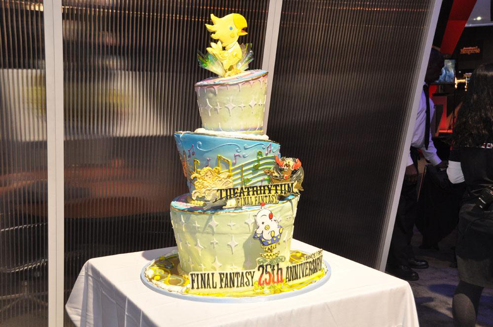第1制作部コーポレート・エグゼクティブ橋本真司氏と、「キングダム ハーツ 3D」Co.ディレクターである安江泰氏がケーキで「キングダム ハーツ」シリーズを祝った。「ファイナルファンタジー」25周年を祝ったのは、左の米Square Enix CEOのMike Fischer氏