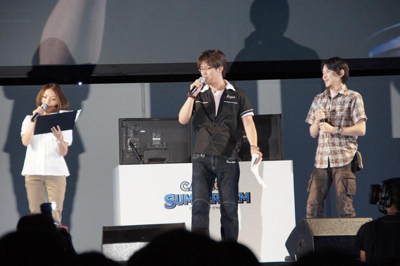 プロデューサーの小嶋慎太郎氏(写真内中央)と、ディレクターの安保康弘氏(写真内右)が本作の魅力や新情報を公開