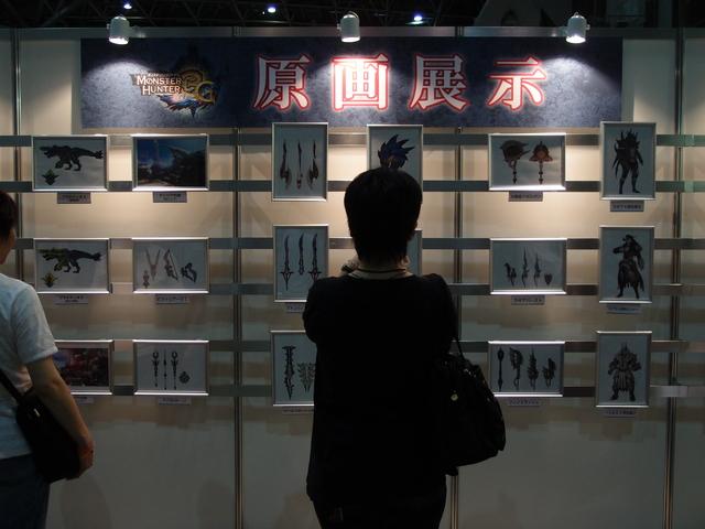 「モンスターハンター」シリーズの武器、防具、モンスターなどの原画も展示されていた