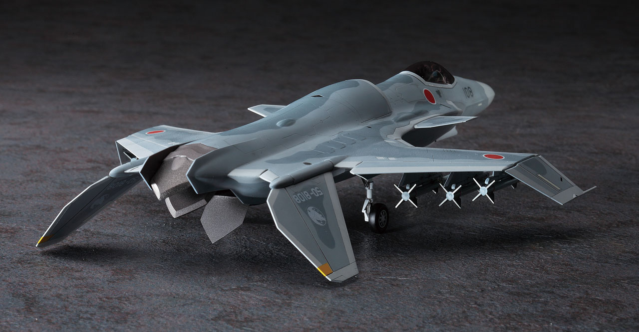 主翼と尾翼が変化することで、飛行特性が変わるギミックを再現。スタンドも付属している