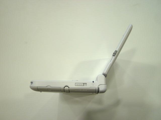 上画面はこのような角度で固定できる。3DSやDSi LLとほぼ同じ