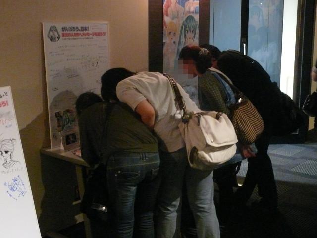 東日本大震災で被災した東北の方へのメッセージを綴るコーナーも用意。熱心にメッセージを書き込むイベント参加者の姿も見受けられた