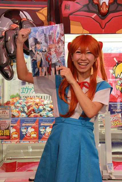 「クリアファイル」のイラストにセガの店舗のロゴを発見。「これ、第3新東京市ですよね! これはセガさんのための描き下ろしですか? しかもアスカが1番目立ってます! これは「新劇場版:Q」でアスカが1番活躍するという暗示でしょうか(笑)」