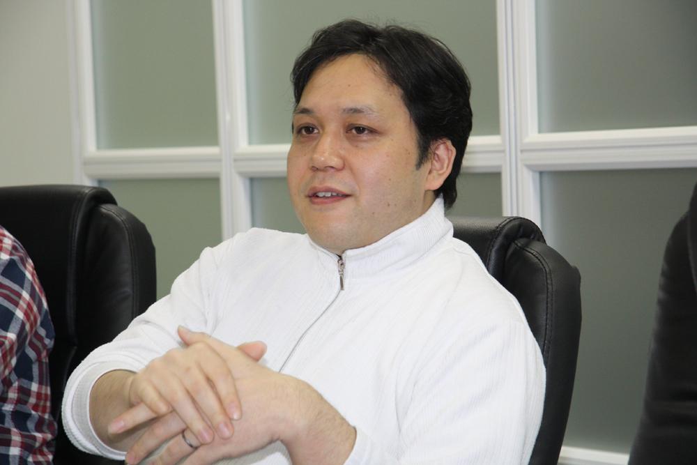 鈴木孝司氏(バイキング、テクニカルプログラマー・ゲームデザイナー)。家庭用ゲーム開発、アーケードゲーム開発の双方に従事し、国内外の最新技術に造詣が深い。今作では技術全般のディレクションを担当